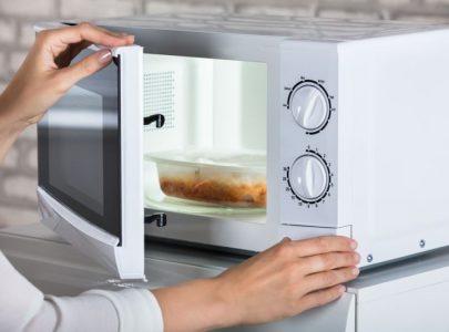 Memanaskan Makanan di Microwave